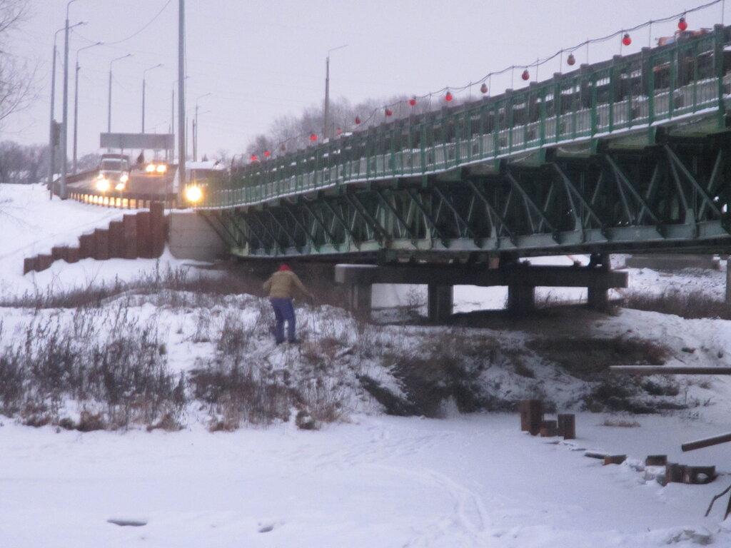Прогнутые фермы временного моста.