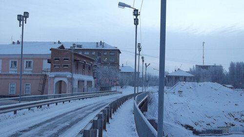 Фотография Инты №2490  Мост ТЭЦ в южном направлении (в город) Полярная 8, 5 и Халеева 6  06.01.2013_13:45
