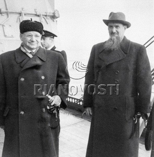 01.04.1956 Академики Игорь Васильевич Курчатов (справа) и Андрей Николаевич Туполев (слева) на борту крейсера