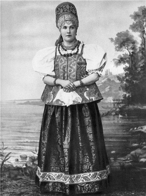 Девушка в праздничном костюме Архангельской губернии. 1900-е гг.