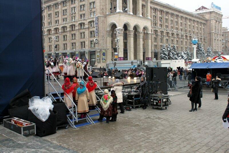 Сцена новогоднего поселка на Майдане Незалежности