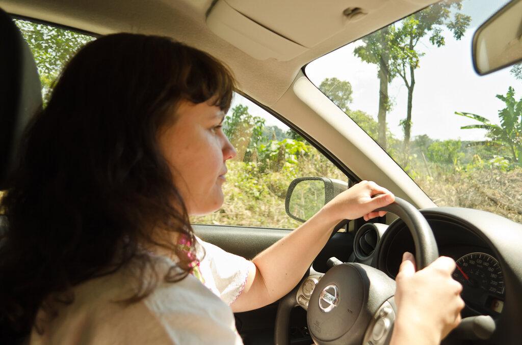 Женщина за рулем автомобиля в Мексике. Отчет о поездке в город Сан-Кристобаль-де-лас-Касас самостоятельно. Снято на любительский зеркальный фотоаппарат Nikon D5100 KIT 18-55.
