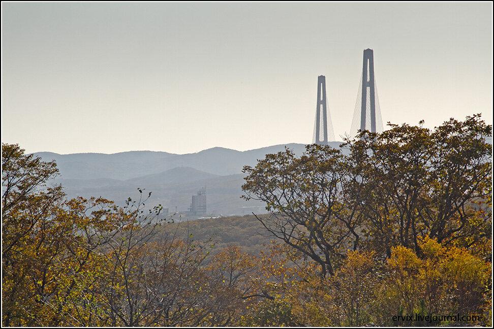 Отсюда в вечной послеобеденной дымке открывается необычный вид на Русский мост...