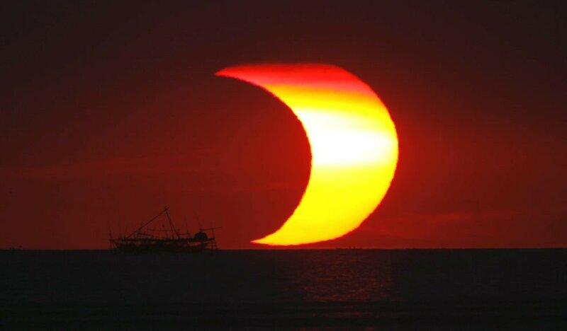 Луна проходит перед Солнцем