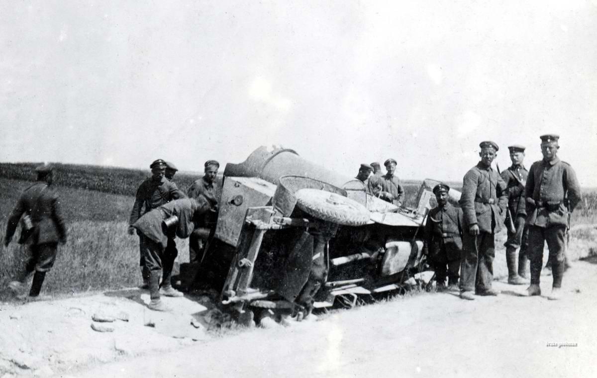 Немецкие солдаты у перевернутого бронеавтомобиля на Восточном фронте (1917 год)