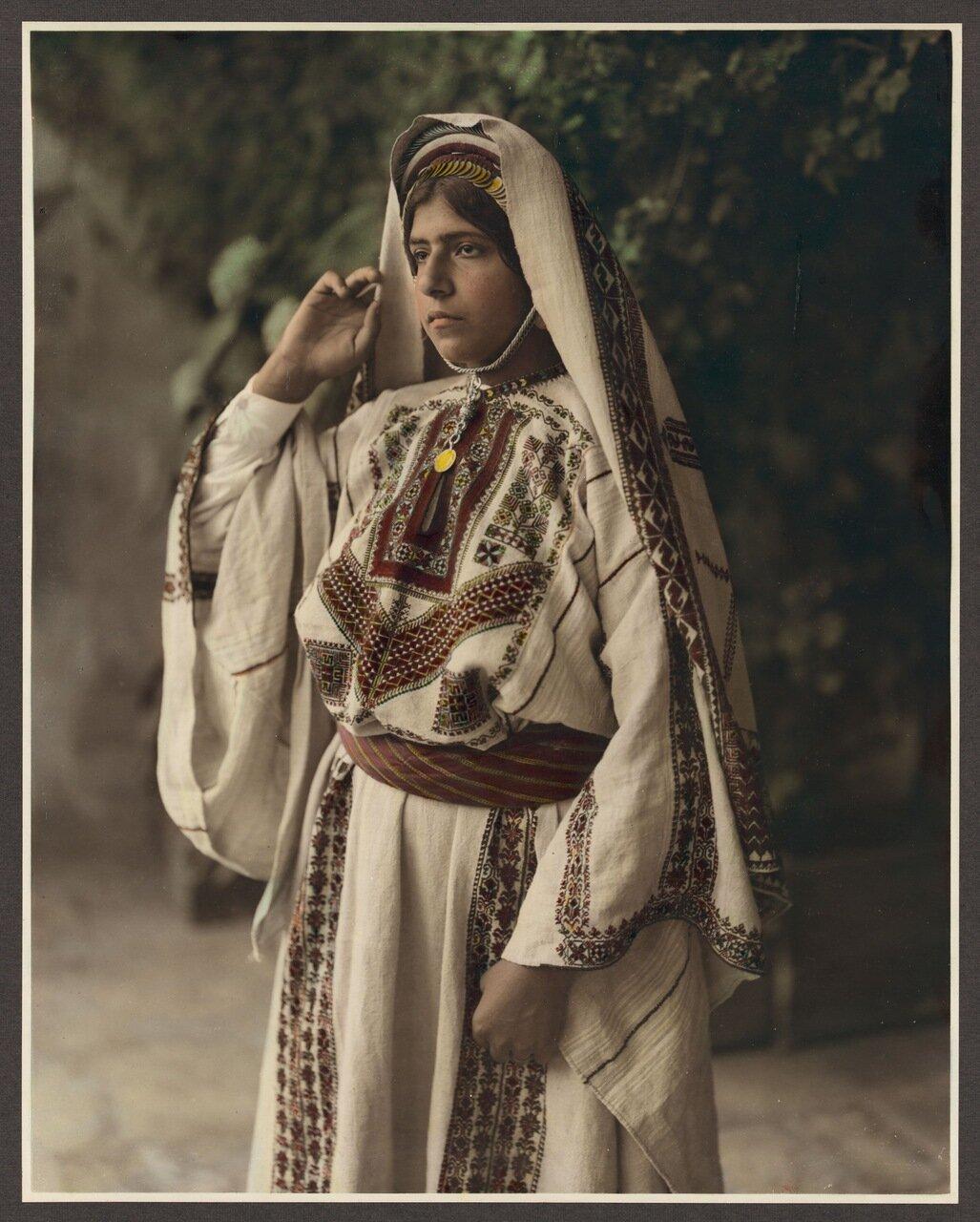 Женщина в вышитом костюме. Рамалла