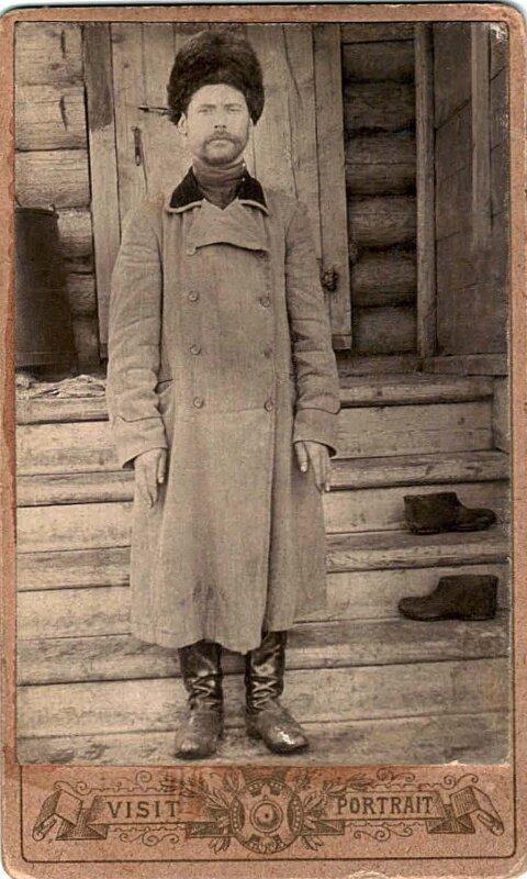 Старший машинист-механик завода Нил Рябчевский на крыльце дома Бурыкиных в посёлке Леонидовского завода.