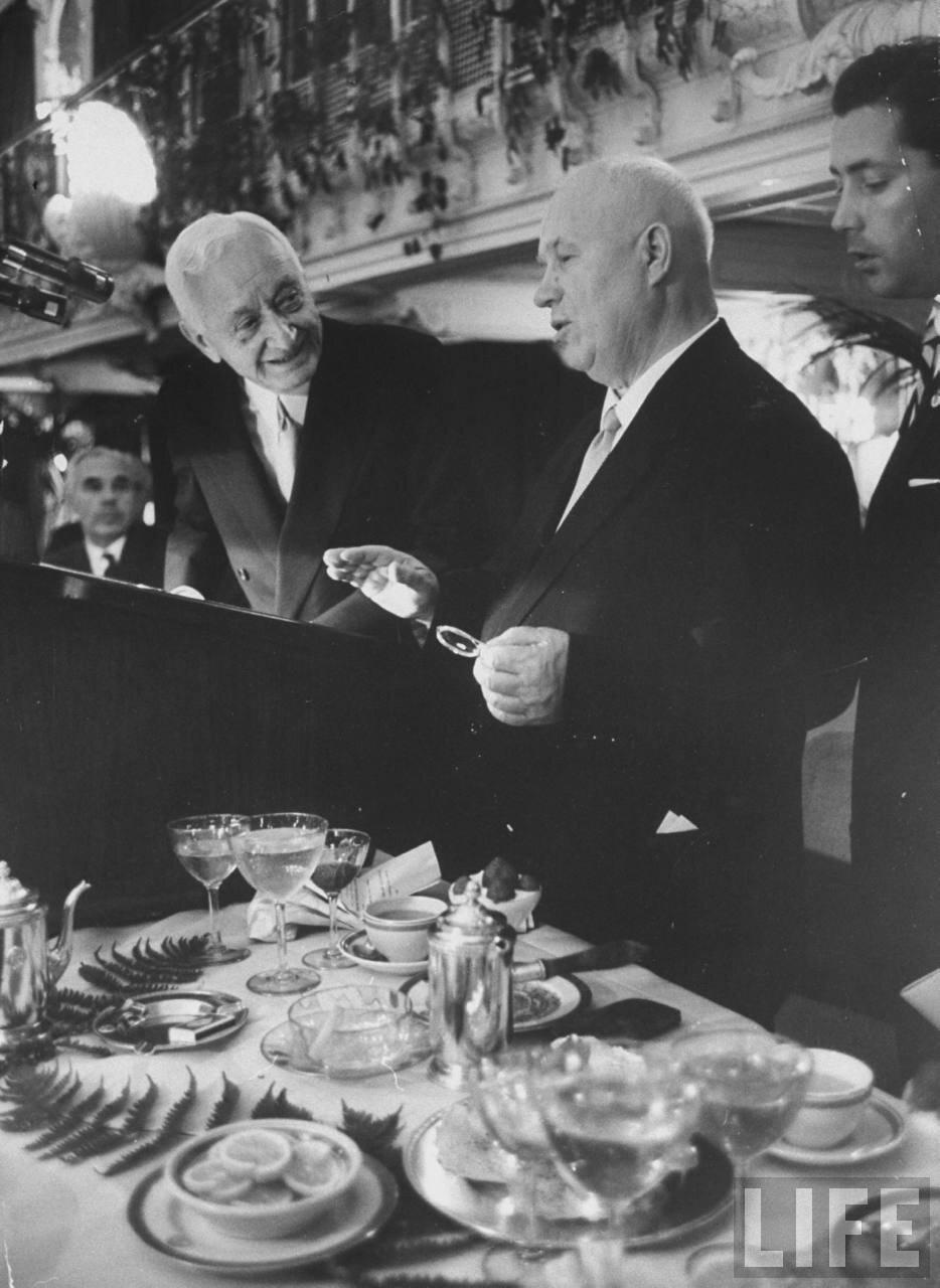 Сайрус Итон и Никита Хрущев на званном ужине в честь советской делегации