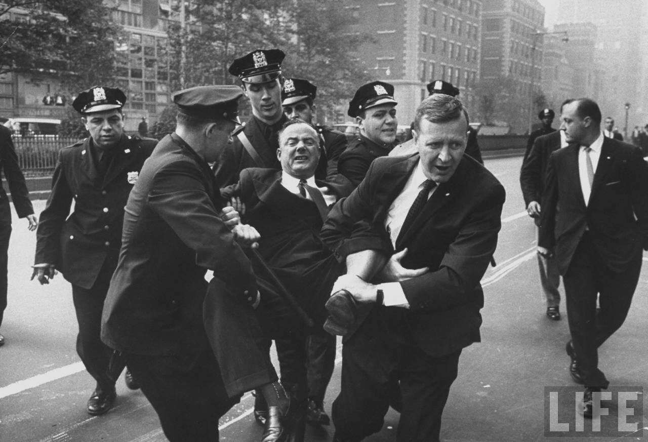 Полиция разгоняет участников протеста против коммунистических лидеров