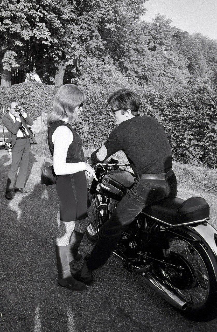 1968. Делон и Натали на съемках фильма «Мотоциклистка»