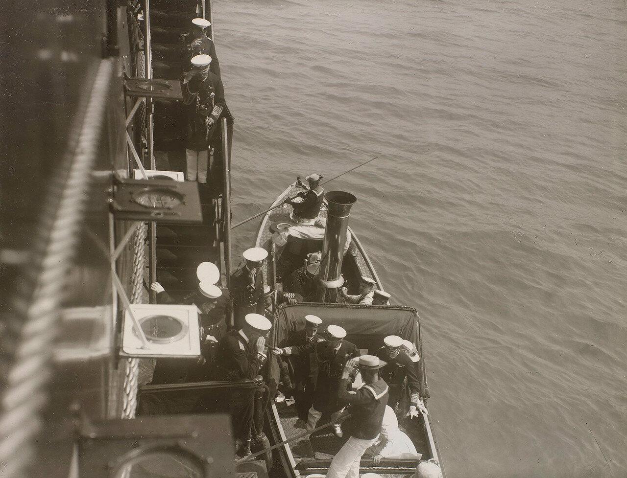 04. Николай II встречает членов британской королевской семьи, поднимающихся на борт Императорской яхты «Штандарт»