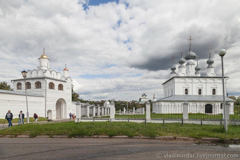 Покровский монастырь и Петропавловская церковь. Суздаль.