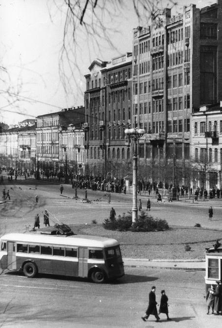1947.04.20. Троллейбус на площади Сталина (ныне Европейская площадь)