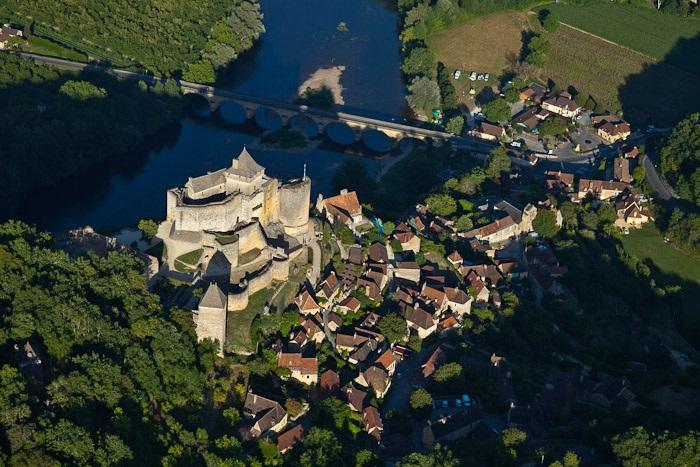 France, Dordogne (24), Périgord Noir, vallée de la Dordogne, Castelnaud-la-Chapelle, le château médiéval de Castelnaud qui abrite le Musée de la Guerre au Moyen-Age (vue aérienne)