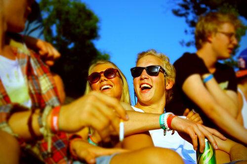Ребята, вы так ярко и зажигательно смеетесь и улыбаетесь, что приходится даже солнечные очки надевать!