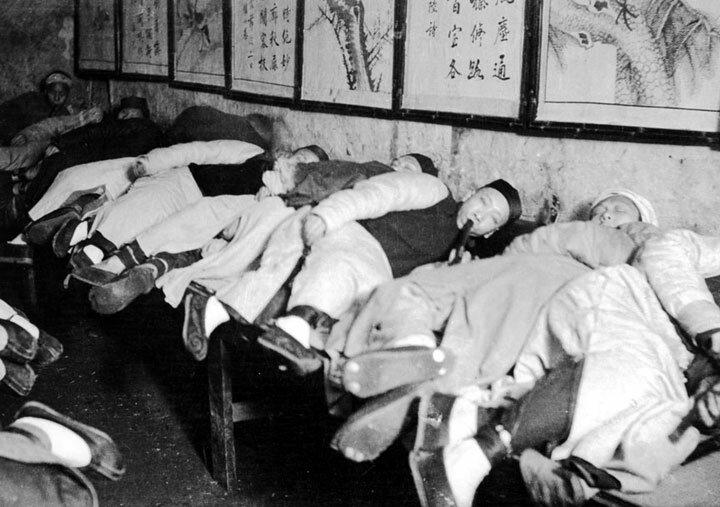 2-opium-den-in-shanghai-1907.jpg