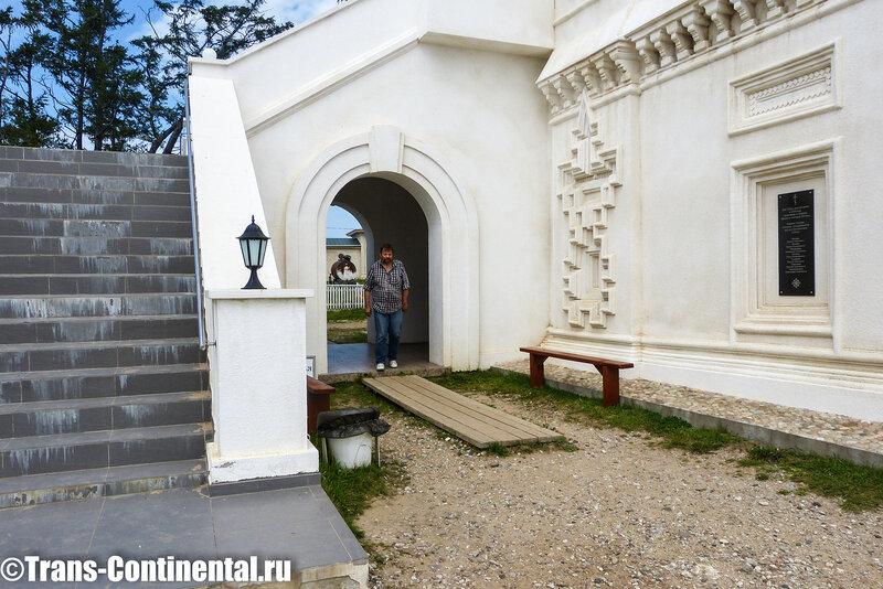 Посольский монастырь: Миша Самохин выходит из храма монастыря