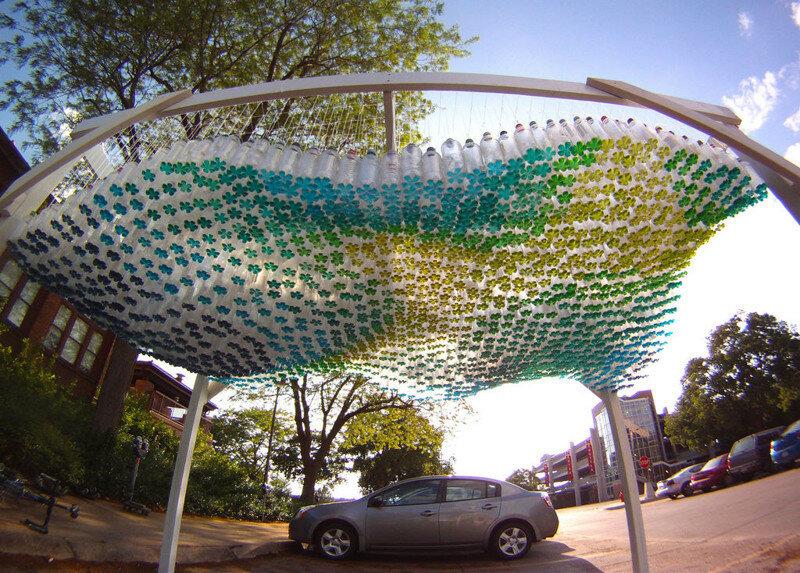 Парковка из 1500 пластиковых бутылок. Цветная вода на дне создаёт узор тропических цветов. Линкольн, Небраска.