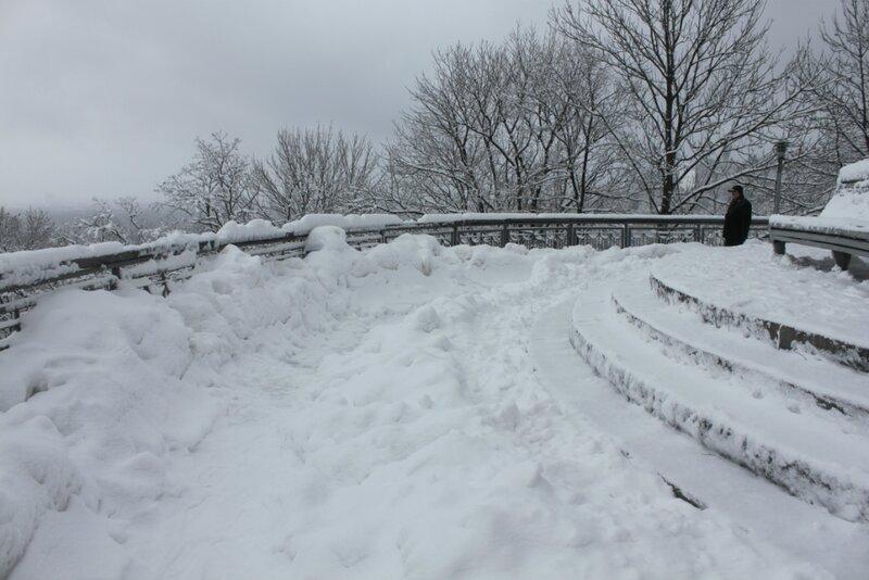 Снег на площадке обозрения Владимирской горки
