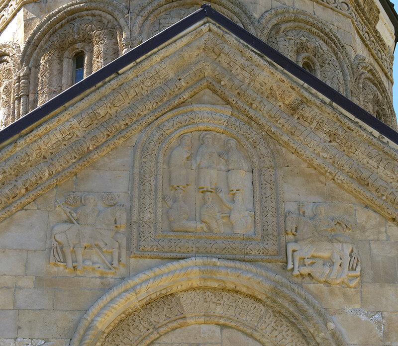 Резьба на восточной стене Никорцминды: Преображение, святые воины