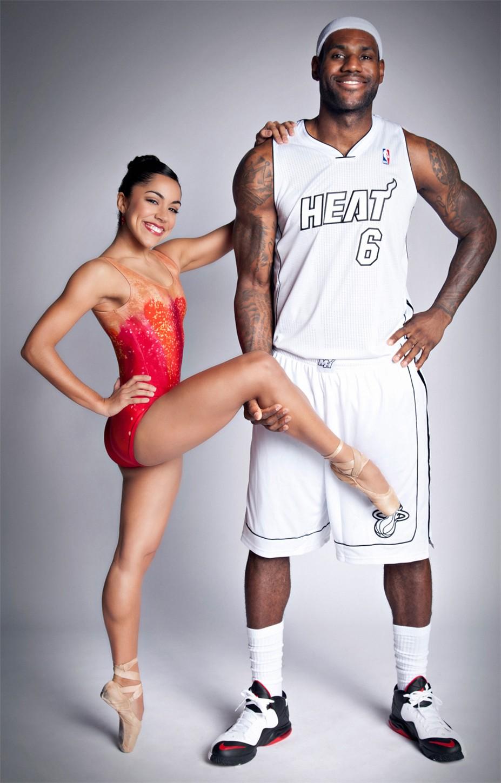 Звезды баскетбольной команды Miami Heat ЛеБрон Джеймс и Дуэйн Уэйд и балерины Джанетт и Патрисия Дельгадо из Miami City Ballet - LeBron James and Jeanette Delgado