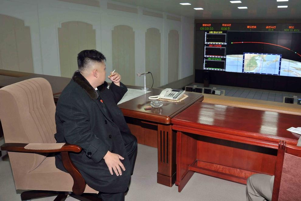 Северокорейский лидер Ким Чен Ын наблюдает за запуском ракеты Ынха-3 («Млечный путь-3»), выводящей на орбиту спутник