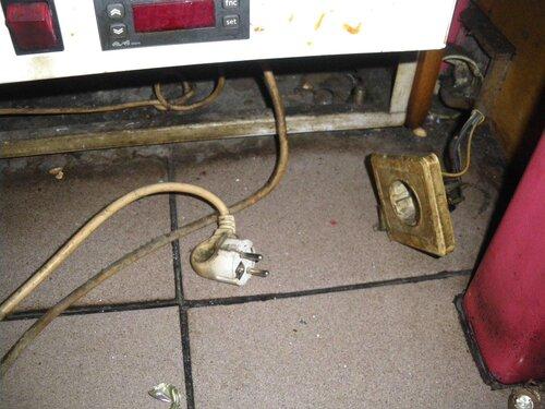 Фото 5. Попытки подключить витрину вызывают срабатывание автоматического выключателя, в то время как другие потребители, подключенные к этой розетке, работают нормально.