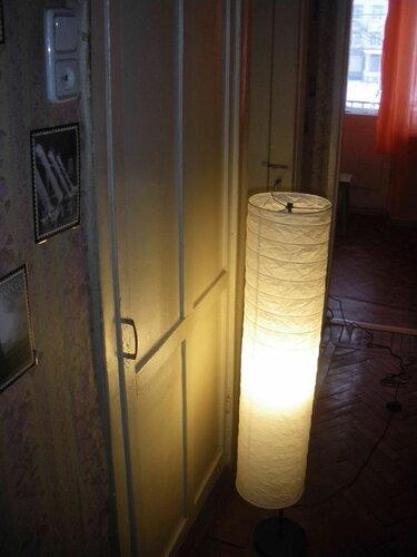 Фото 2. На контактах блок-выключателя напряжение отсутствует, но в других розетках квартиры оно есть. Коридор освещён торшером, подключенным к одной из розеток кухни.