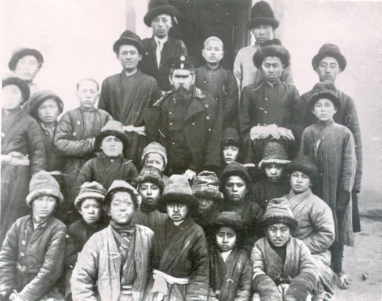 Группа учащихся русско-туземной школы с учителем Колчиным. Семиреченская область.Пржевальск. 1911.