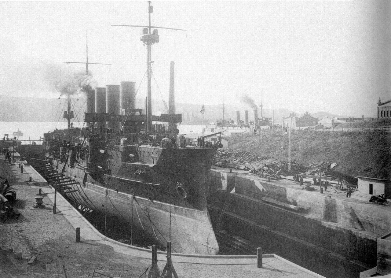 Броненосный крейсер Громобой в сухом доке во Владивостоке.1901-1905