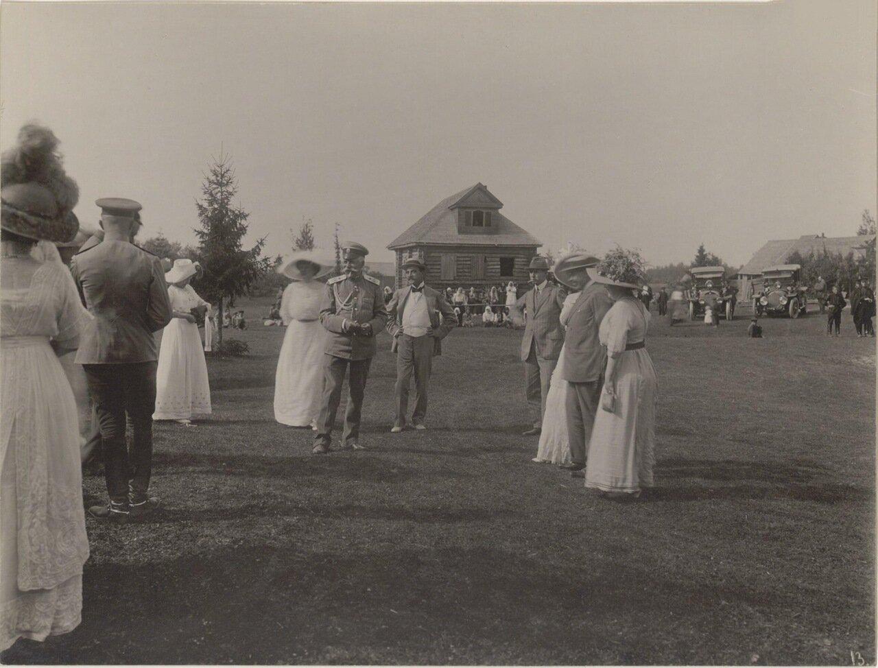 Деревенские жители и участники пикника