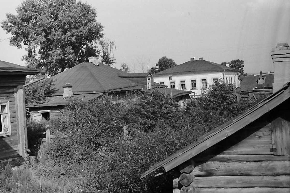 Вид на улицу Гассара со двора дома Чарушниковых.