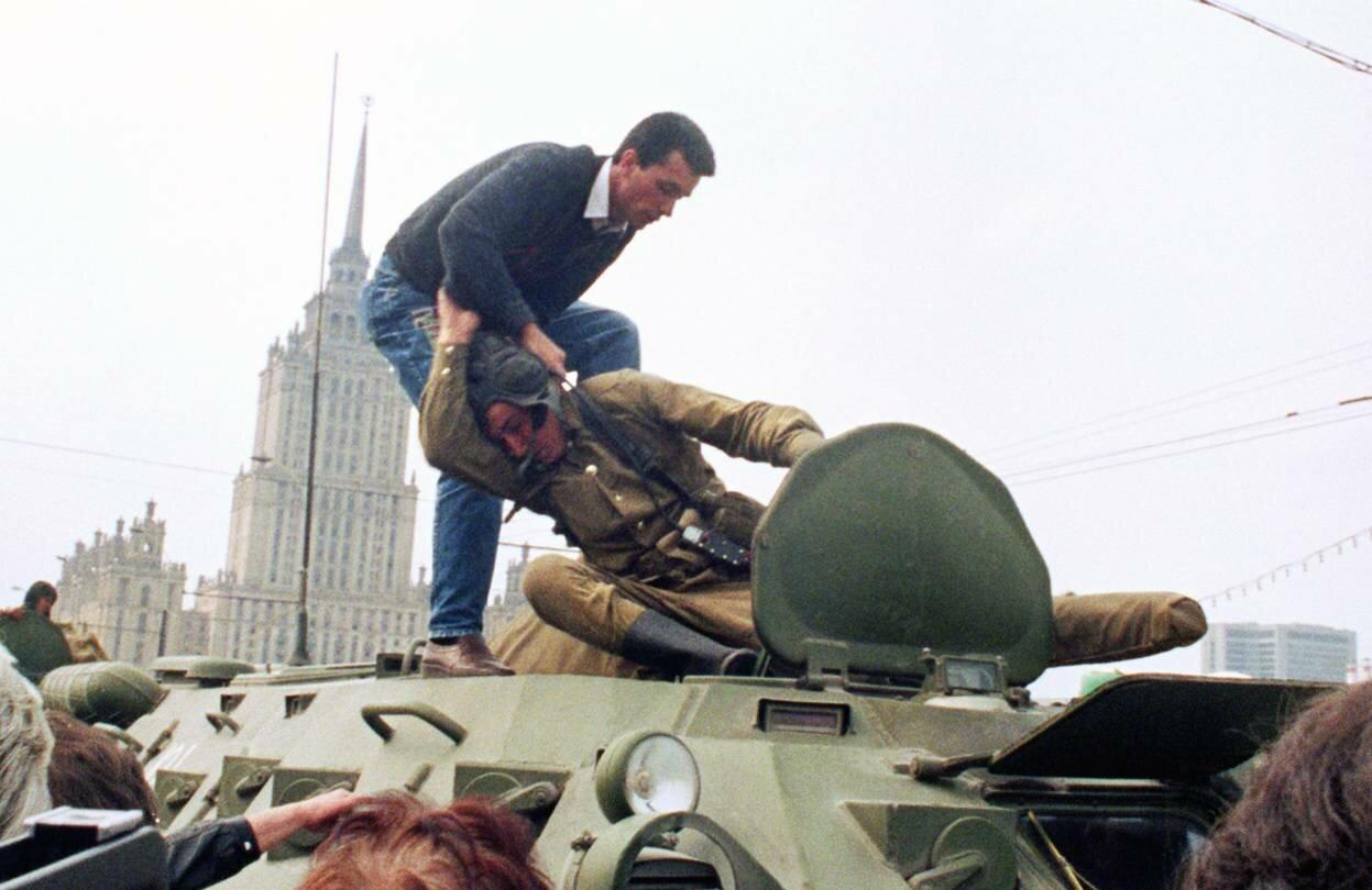 19 августа 1991. Защитники Белого дома нападают на солдата.