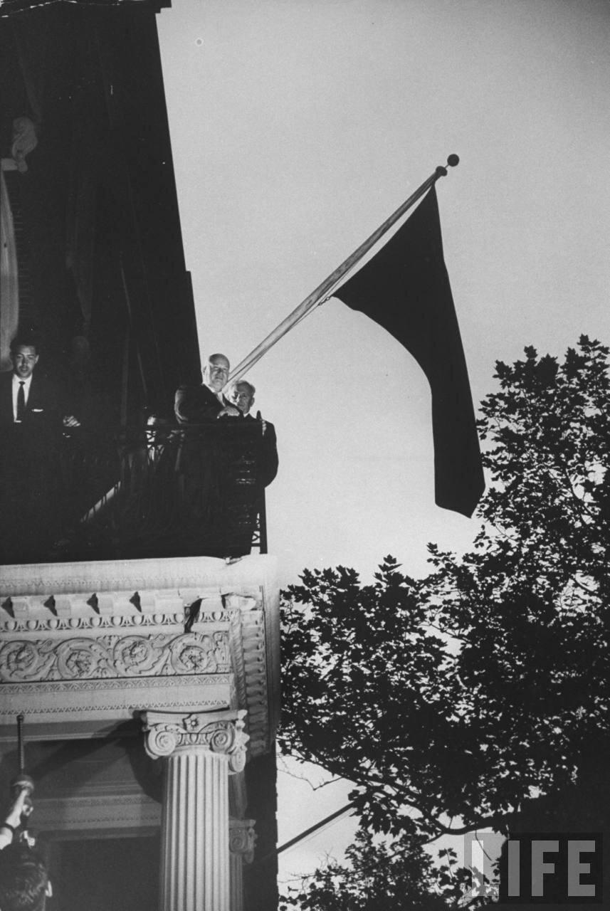 Никита Хрущев на балконе резиденции советской делегации