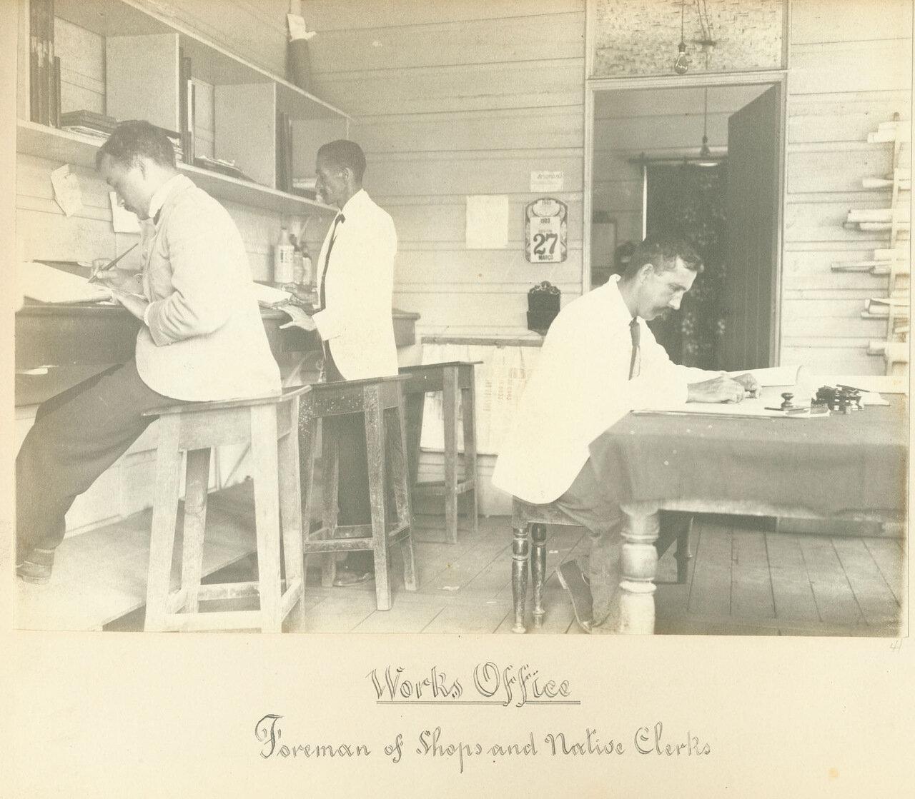 Горный техник на рабочем месте с обслуживающим персоналом из местных. 1893