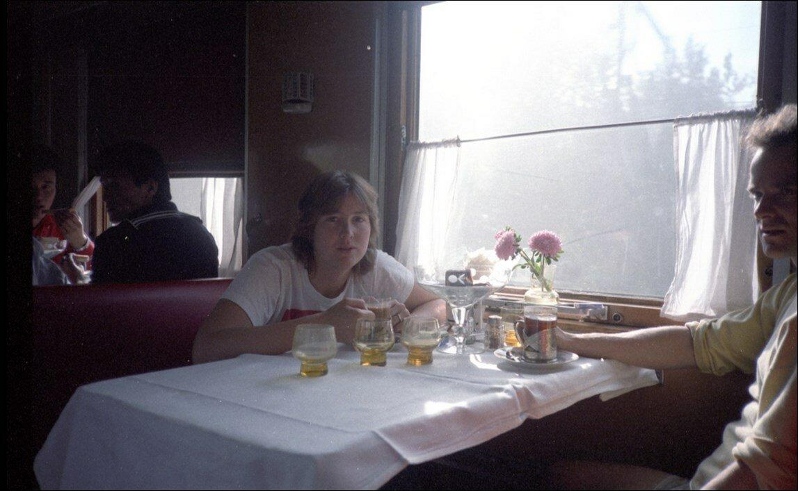 06. Обеденный стол в ресторане поезда