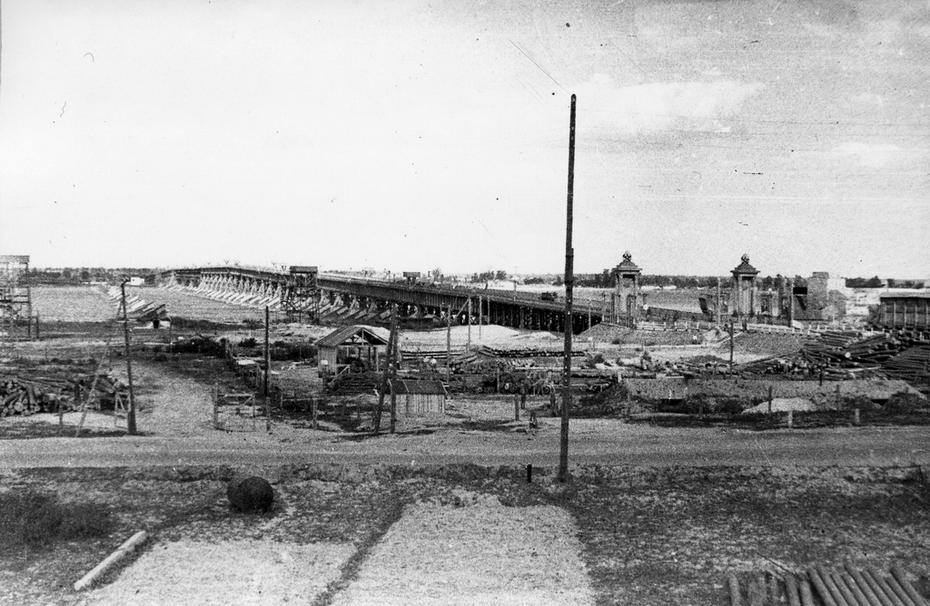 1946.05. Высоководный Наводницкий мост, действовавший с 1944 до 1953 года. Был демонтирован после ввода в строй моста имени Е.О.Патона (некоторые опоры Наводницкого моста были использованы при сооружении моста Патона)