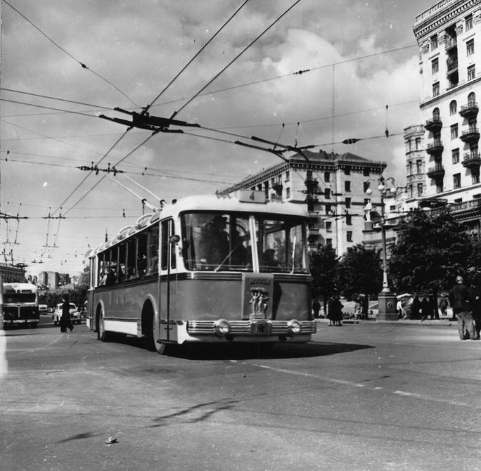 1957.05. Троллейбус ТБЭ-С производства КЗЭТ на Хрещатике