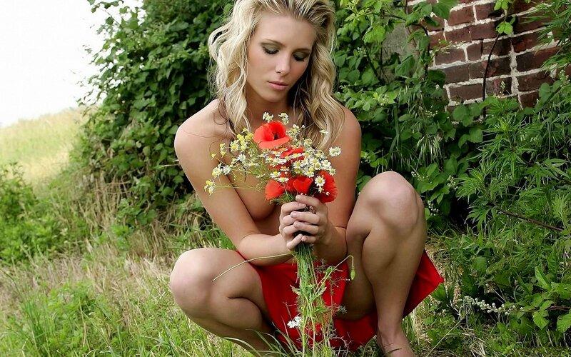 горячая полу-голая девушка с букетом цветов
