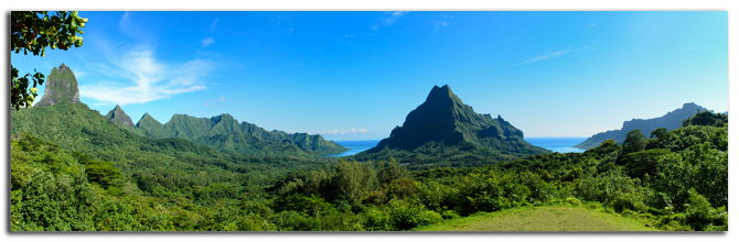 Французская Полинезия. Panorama overview over Rotui mountain with Cook's Bay and Opunohu Bay on the tropical pacific island of Moorea.Фото iPics - shutterstock