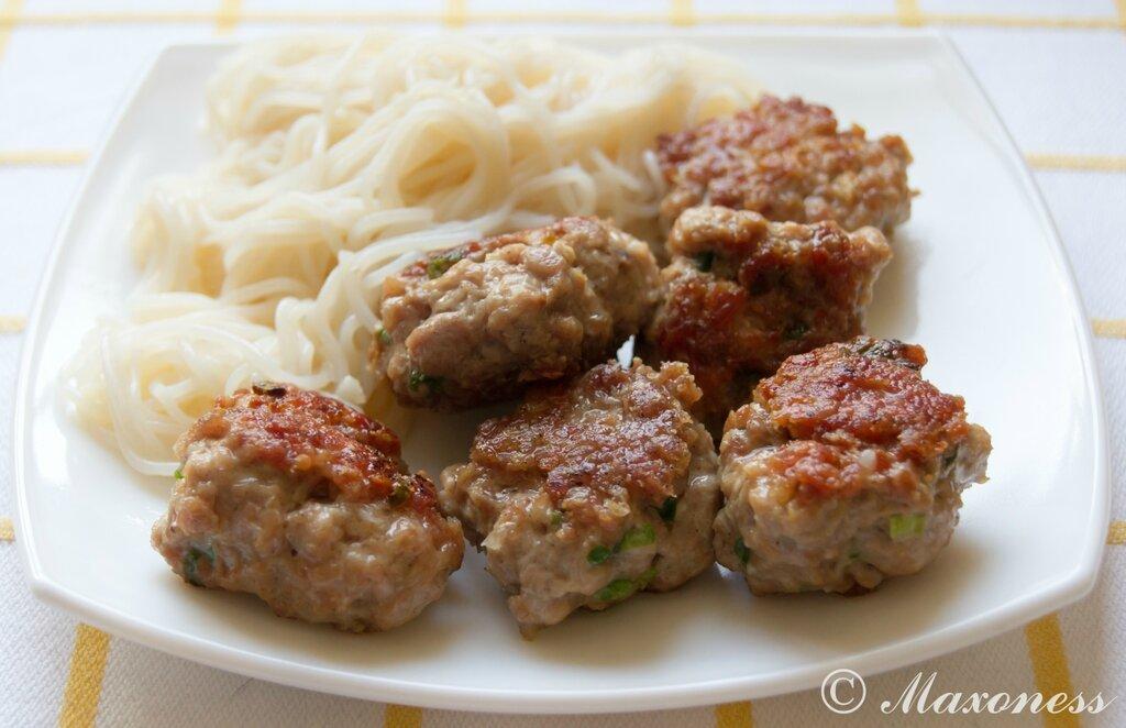 Свиные котлетки с рисовой лапшой и соусом нуок-чам. Вьетнамская кухня