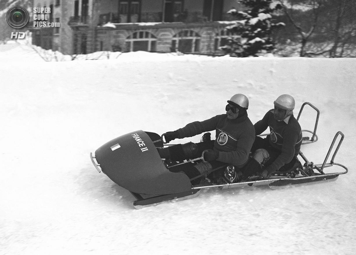 Швейцария. Санкт-Мориц, Граубюнден. 30 января 1948 года. Французский экипаж-двойка на соревнованиях