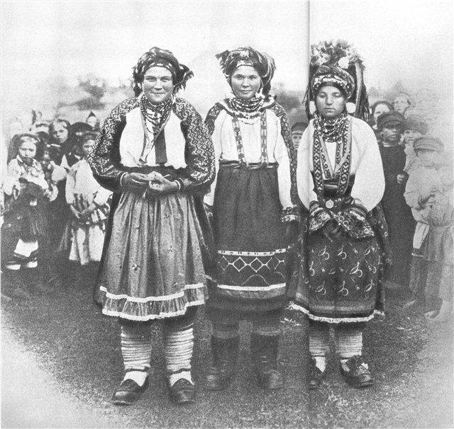 Молодые крестьянки в тульских праздничных костюмах. Фото 1900-х гг. Головные уборы - повязанные платки, справа -