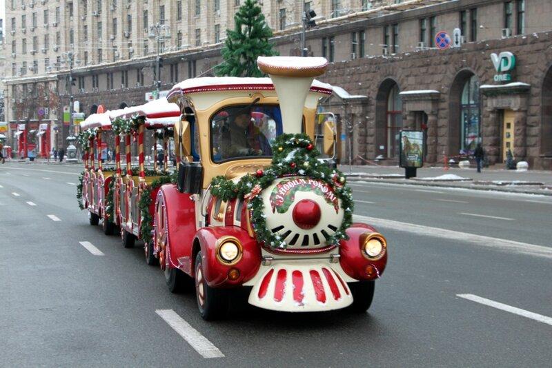 Экскурсионный паровозик едет по Крещатику