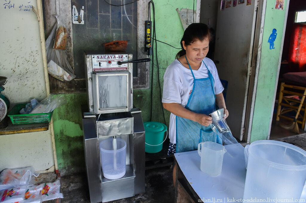 Как выжимают кокосовое молоко коротыш