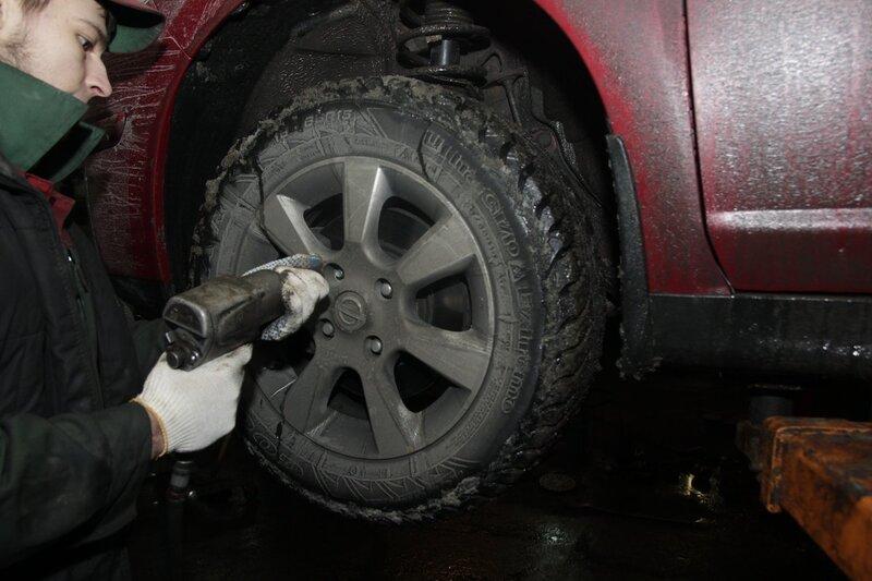 Замена тормозных колодок и дисков в Nissan Tiida