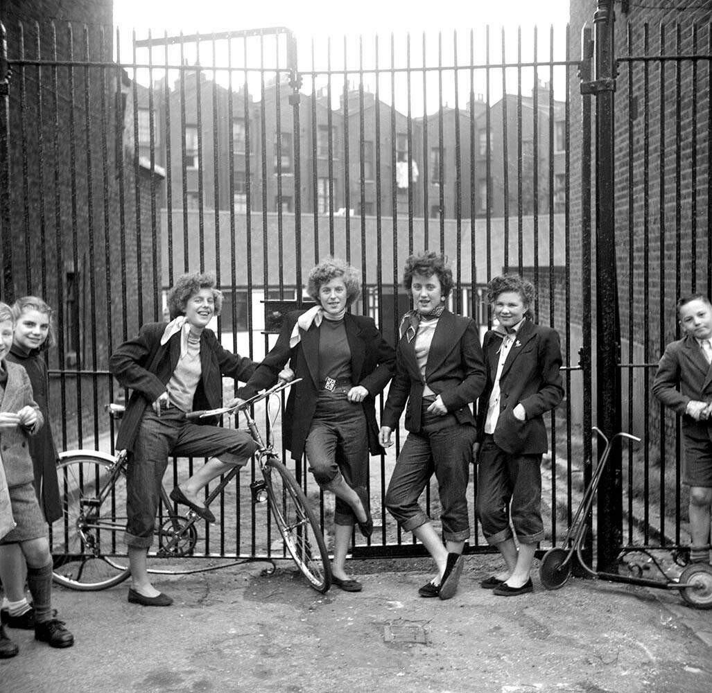 Пятнадцатилетняя Элси, четырнадцатилетние Роуз Гендон, Мэри Тоави и Джин Райнер возле клуба «Seven Feathers» на Эденхэм-стрит, Северный Кенсингтон