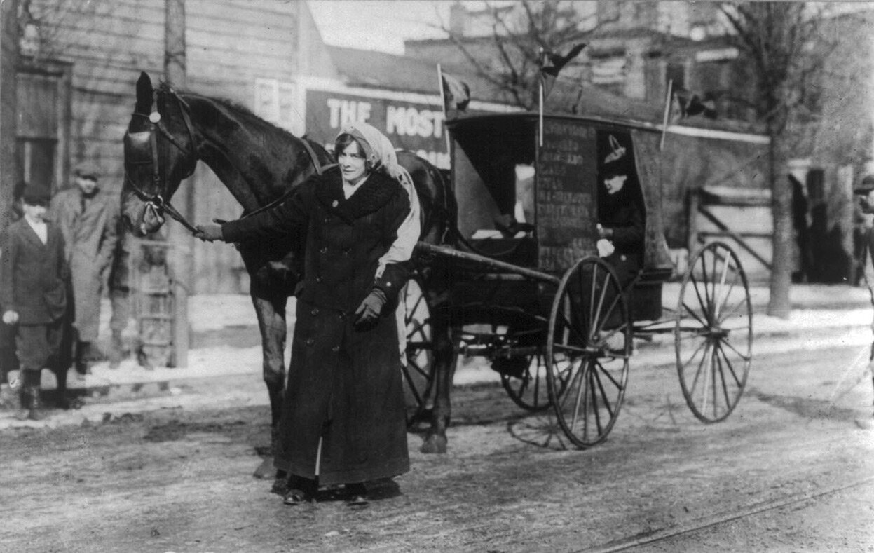 Элизабет Фримен из Ассоциации за женское избирательное право в штате Нью-Йорк готовится присоединиться к параду в Вашингтоне 3 марта 1913 года