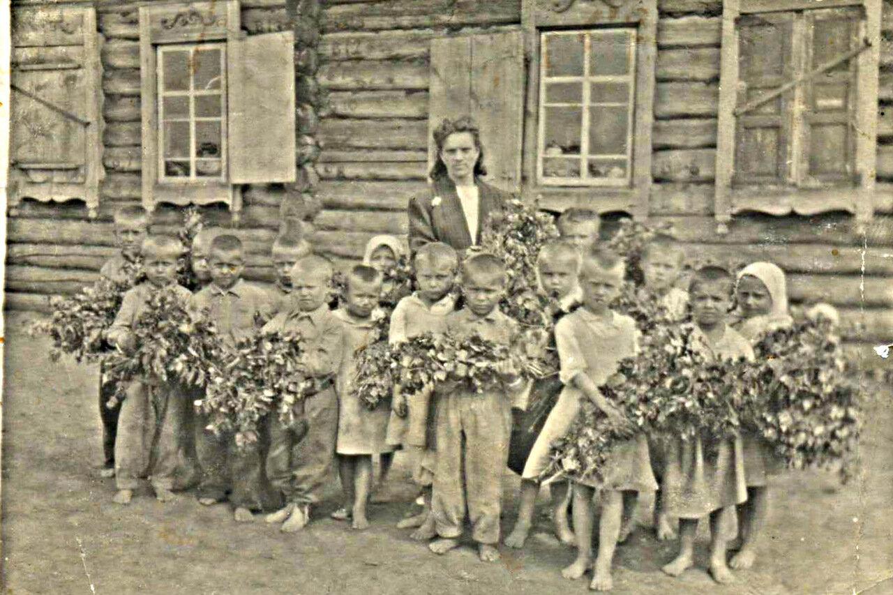 5. Екатерина Ивановна со своей первой группой. Вторая половина 1940-х годов