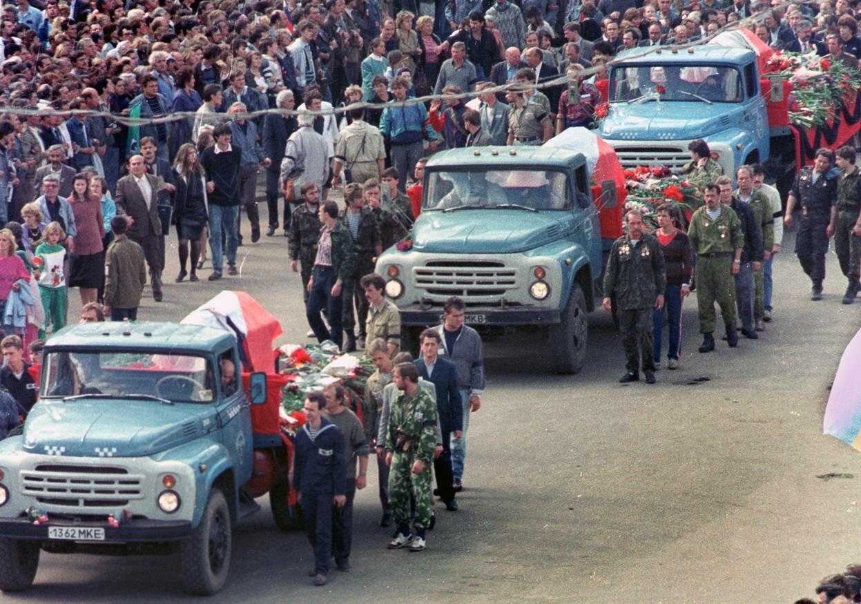 24 августе 1991 г. Похоронная процессия жертв переворота перед Белым домом в Москве
